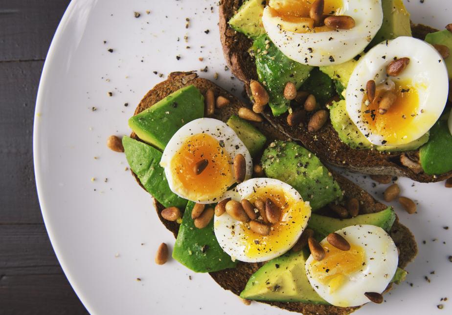 Crostini con uova, fave e avocado