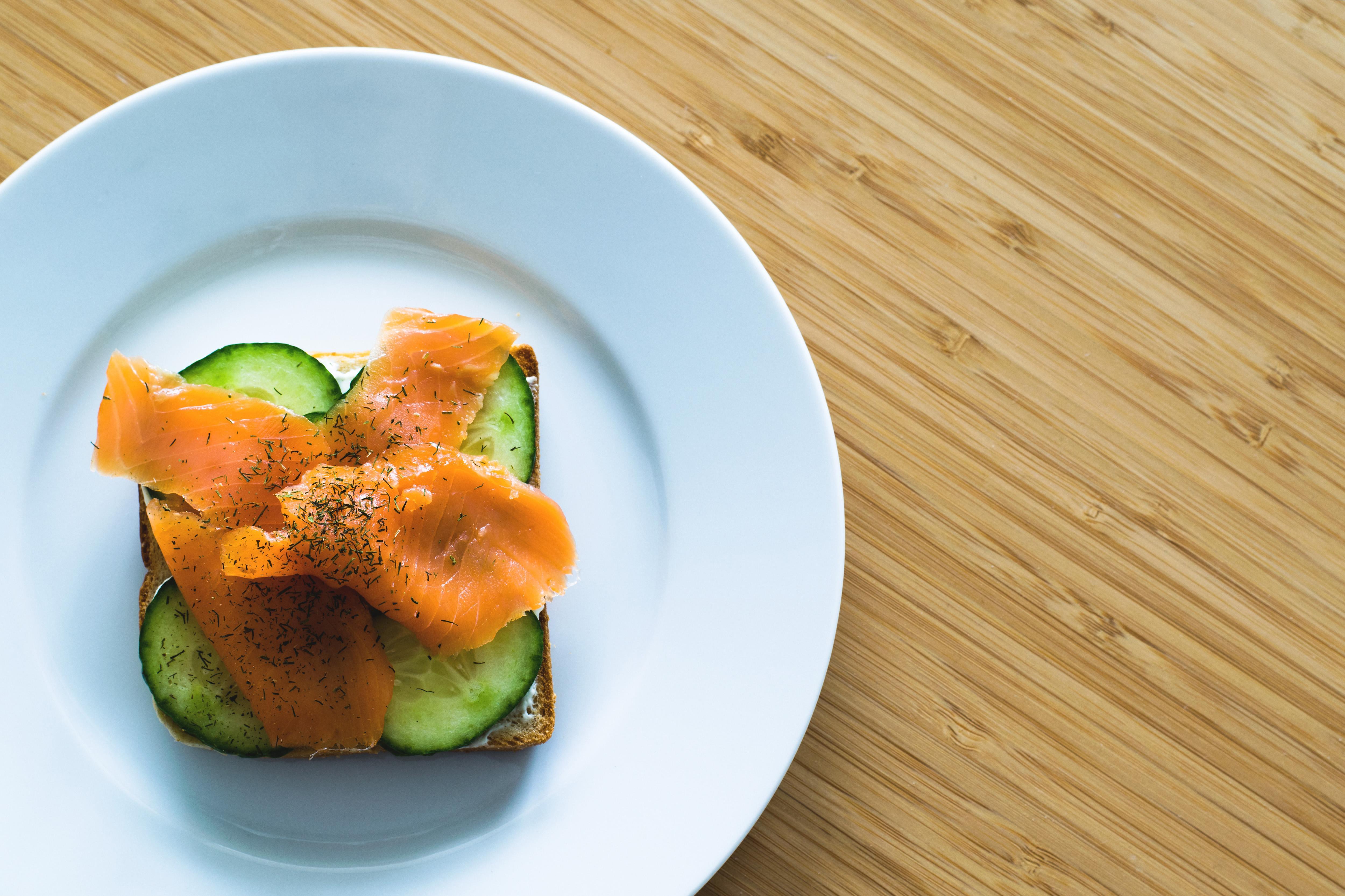 Pane al farro con Bardinello, cetriolo e salmone