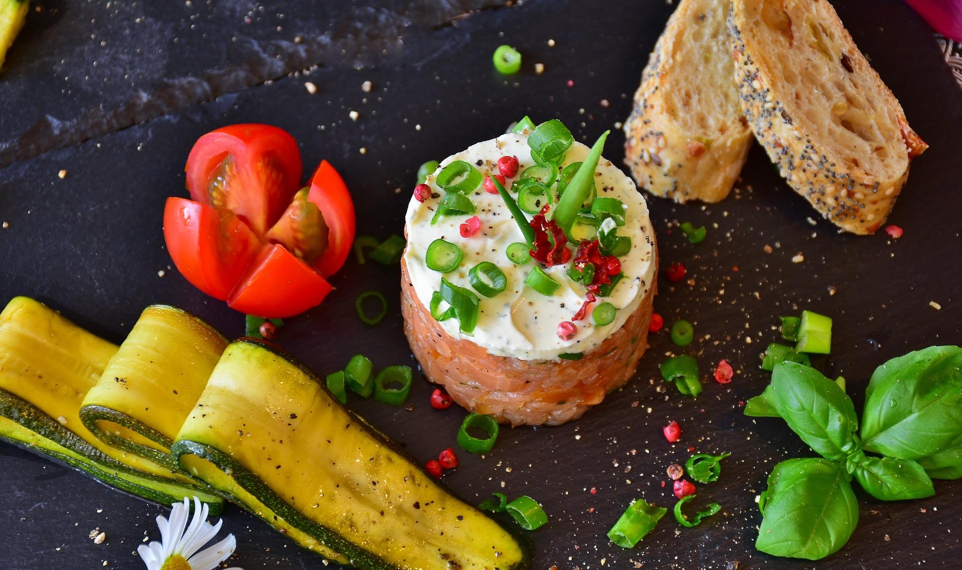 Tartare di salmone con salsa allo yogurt frascheri