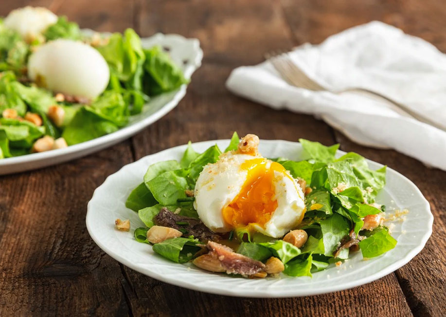 Insalata con uova barzotte, acciughe e mandorle
