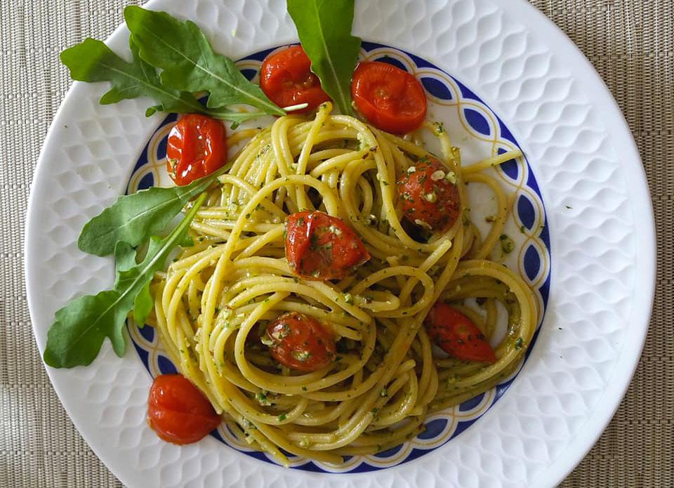 Spaghetti al pesto con pomodorini